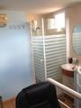 Ducha y lavabo dormitorio buhardilla