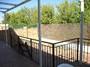 Jardín trasero solado con porche