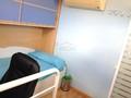 Buhardilla con ducha, cama y aire acondicionado