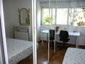 Habitación con gran mesa de estudio